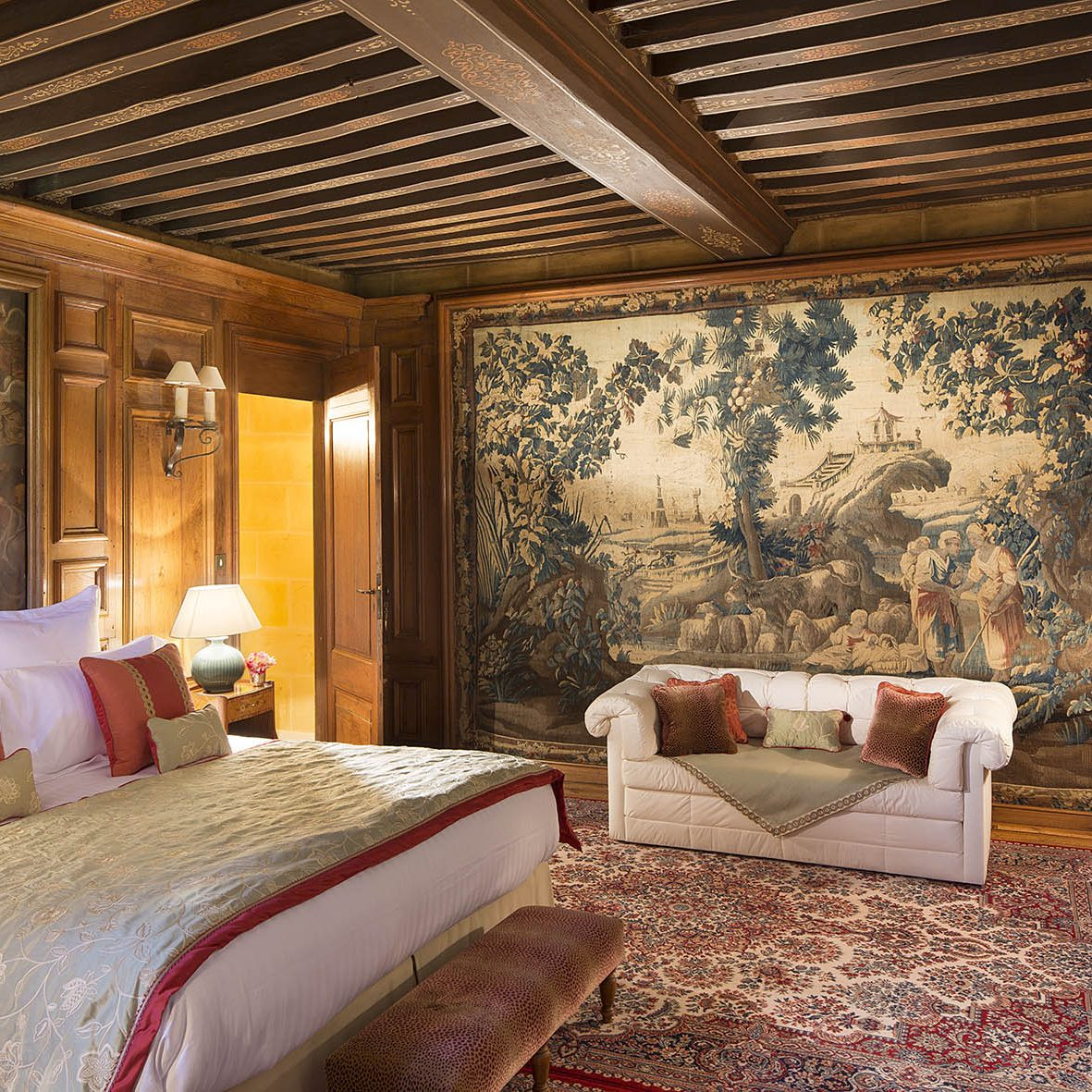 La suite Salomon du château offre un superbe cadre pour un séjour en amoureux en Normandie